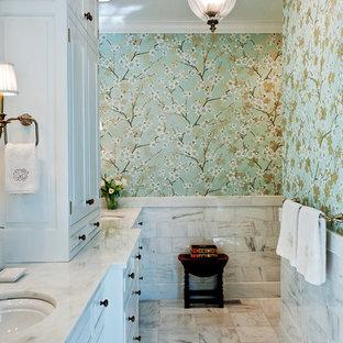 Modelo de cuarto de baño tradicional, de tamaño medio, con encimera de mármol, lavabo bajoencimera, puertas de armario blancas, suelo de mármol y paredes multicolor