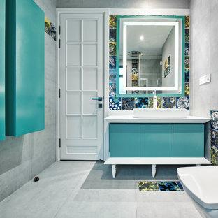 Ejemplo de cuarto de baño contemporáneo, de tamaño medio, con armarios con paneles lisos, baldosas y/o azulejos grises, paredes grises, lavabo sobreencimera, suelo gris, encimeras blancas y baldosas y/o azulejos de cemento