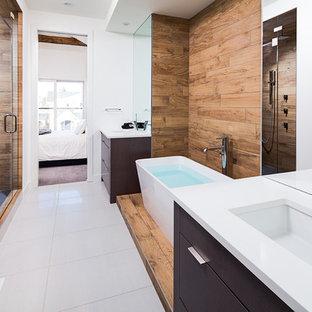 Esempio di una stanza da bagno contemporanea con piastrelle effetto legno e doccia alcova