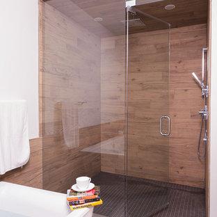 На фото: главная ванная комната в современном стиле с душем в нише, коричневой плиткой и плиткой под дерево с