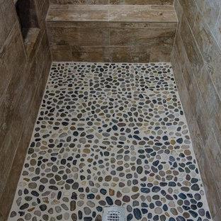 Modelo de cuarto de baño principal, tradicional renovado, de tamaño medio, con armarios con paneles lisos, puertas de armario de madera en tonos medios, bañera encastrada, ducha esquinera, baldosas y/o azulejos beige, baldosas y/o azulejos de porcelana, paredes beige, lavabo bajoencimera, encimera de granito y ducha abierta