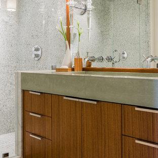 Esempio di una stanza da bagno con doccia minimal di medie dimensioni con ante lisce, ante in legno scuro, top in cemento, doccia alcova, piastrelle grigie, piastrelle in pietra, lavabo rettangolare e top grigio