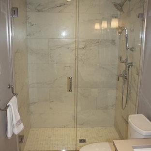 Ispirazione per una piccola stanza da bagno padronale minimalista con ante lisce, ante marroni, piastrelle grigie, piastrelle bianche, piastrelle di marmo, pareti grigie, pavimento in marmo, lavabo sottopiano, top in superficie solida, pavimento grigio, doccia alcova e porta doccia a battente