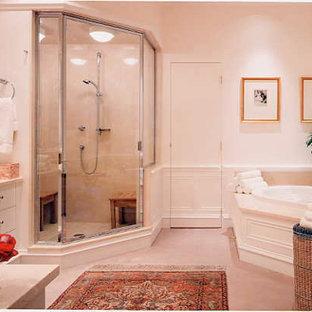 Ispirazione per una stanza da bagno padronale tradizionale di medie dimensioni con ante lisce, ante bianche, vasca ad angolo, doccia ad angolo, piastrelle beige, piastrelle in ceramica, pareti bianche, pavimento con piastrelle in ceramica e top in marmo