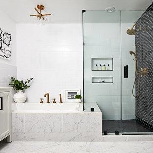 Réalisation d'une salle de bain principale tradition avec une baignoire posée, un carrelage noir, un carrelage noir et blanc, un carrelage blanc, un mur blanc et un sol gris.