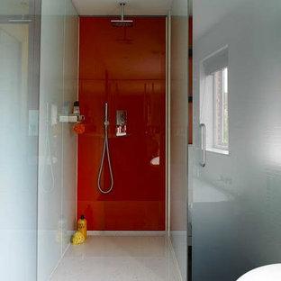 Diseño de cuarto de baño actual, grande, con baldosas y/o azulejos rojos, baldosas y/o azulejos blancos, ducha empotrada, baldosas y/o azulejos de vidrio laminado, suelo de cemento, suelo blanco y ducha con puerta con bisagras
