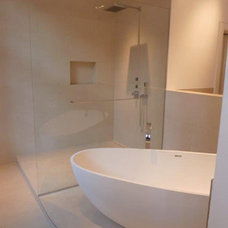Modern Bathroom by Badeloft