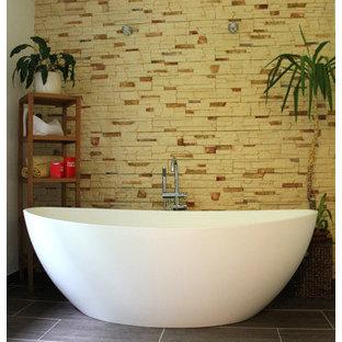 Idee per una stanza da bagno padronale minimalista di medie dimensioni con vasca freestanding