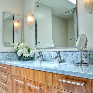 Modelo de cuarto de baño con ducha, tradicional, pequeño, con lavabo bajoencimera, armarios con paneles lisos, puertas de armario de madera oscura, encimera de mármol, baldosas y/o azulejos grises, baldosas y/o azulejos en mosaico, paredes grises, suelo de mármol y encimeras grises