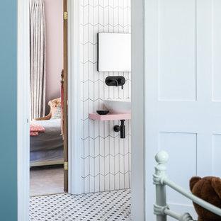 Foto di una stanza da bagno per bambini design con piastrelle bianche, pareti bianche, pavimento con piastrelle a mosaico, lavabo a bacinella, pavimento bianco e top rosa