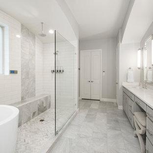 Стильный дизайн: главная ванная комната среднего размера в стиле неоклассика (современная классика) с фасадами с выступающей филенкой, серыми фасадами, японской ванной, открытым душем, раздельным унитазом, бежевой плиткой, керамической плиткой, бежевыми стенами, мраморным полом, врезной раковиной, столешницей из искусственного кварца, серым полом, открытым душем и белой столешницей - последний тренд