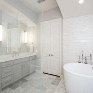 Неиссякаемый источник вдохновения для домашнего уюта: главная ванная комната среднего размера в стиле современная классика с фасадами с выступающей филенкой, серыми фасадами, японской ванной, открытым душем, раздельным унитазом, бежевой плиткой, керамической плиткой, бежевыми стенами, мраморным полом, врезной раковиной, столешницей из искусственного кварца, серым полом, открытым душем и белой столешницей