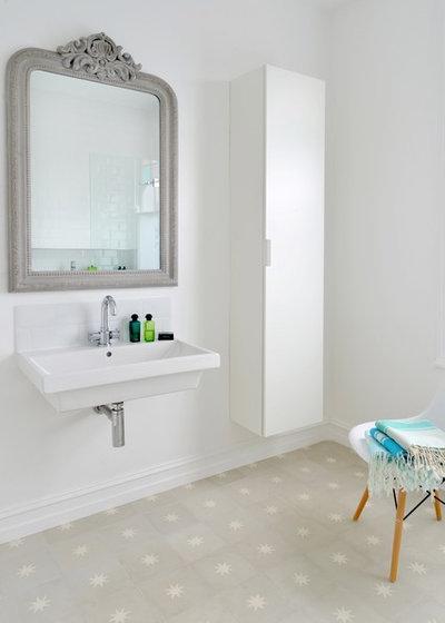 Traditional Bathroom by Into interior design