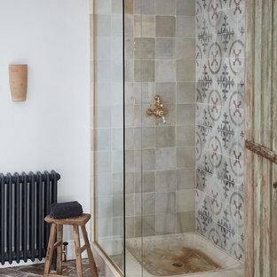 Создайте стильный интерьер: ванная комната среднего размера в средиземноморском стиле с угловым душем, бежевой плиткой, серой плиткой, красной плиткой, белой плиткой, кирпичным полом, коричневым полом и открытым душем - последний тренд