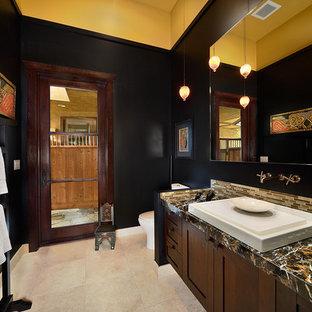 Diseño de cuarto de baño asiático con lavabo sobreencimera y paredes negras