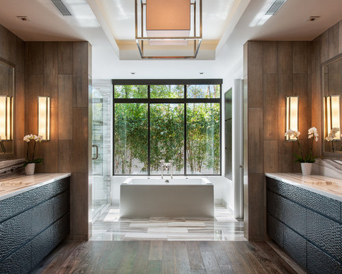salle de bain avec un sol en bois fonc et un carrelage marron photos et id es d co de salles. Black Bedroom Furniture Sets. Home Design Ideas