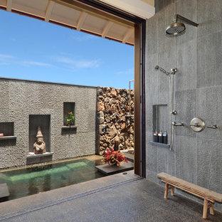 Идея дизайна: большая главная ванная комната в восточном стиле с открытым душем, серой плиткой и открытым душем