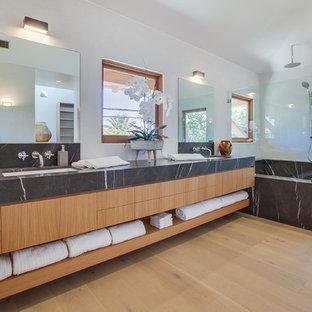 Ispirazione per una stanza da bagno padronale tropicale con ante lisce, ante in legno scuro, doccia aperta, pareti bianche, parquet chiaro, lavabo sottopiano, pavimento beige, doccia aperta e top nero