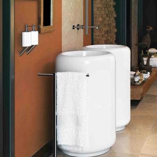 Asiatisches Badezimmer mit Sockelwaschbecken, offener Dusche, beigefarbenen Fliesen, Porzellanfliesen und Keramikboden in Orange County