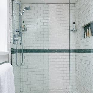 Ispirazione per una stanza da bagno stile americano di medie dimensioni con WC monopezzo, pareti bianche, pavimento con piastrelle in ceramica, doccia alcova, piastrelle bianche, piastrelle diamantate, lavabo sottopiano, ante bianche e ante lisce