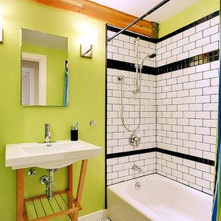 Imagen de cuarto de baño actual con baldosas y/o azulejos de cemento, lavabo suspendido y paredes verdes