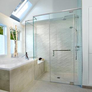Idee per una stanza da bagno costiera con vasca giapponese, doccia ad angolo, piastrelle bianche e pareti bianche