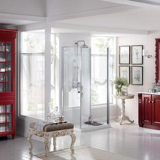 Idee per una grande stanza da bagno padronale classica con lavabo da incasso, ante con bugna sagomata, ante rosse, top in quarzite, doccia alcova, pareti bianche e pavimento in legno verniciato