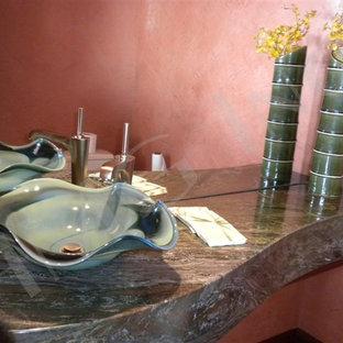 Foto di una grande stanza da bagno tropicale con lavabo a bacinella, top in granito e top verde