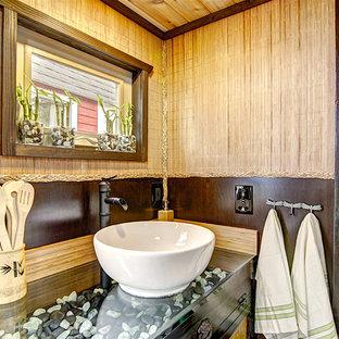Diseño de cuarto de baño de estilo zen, pequeño, con paredes marrones, lavabo sobreencimera y encimera de vidrio