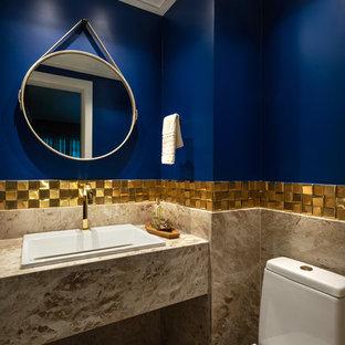 Imagen de cuarto de baño con ducha, pequeño, con baldosas y/o azulejos multicolor, baldosas y/o azulejos de mármol, paredes azules, suelo de mármol, encimera de mármol, suelo beige y encimeras beige