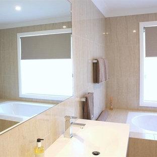 Foto di una stanza da bagno padronale contemporanea di medie dimensioni con ante lisce, ante bianche, vasca ad alcova, doccia alcova, WC monopezzo, piastrelle beige, piastrelle in travertino, pavimento in travertino, lavabo rettangolare, pavimento beige e doccia aperta