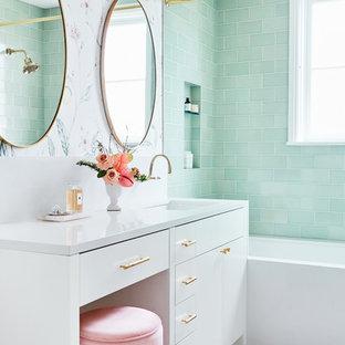 Kleines Klassisches Duschbad mit weißen Schränken, Duschbadewanne, grünen Fliesen, Keramikfliesen, Keramikboden, Duschvorhang-Duschabtrennung, weißer Waschtischplatte, flächenbündigen Schrankfronten, Badewanne in Nische, bunten Wänden, Unterbauwaschbecken und weißem Boden in San Francisco