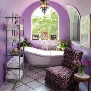 Idee per una stanza da bagno padronale mediterranea con vasca freestanding, piastrelle multicolore e pareti viola