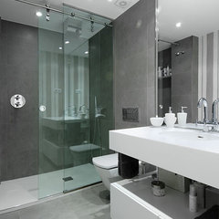 modern bathroom by Sergio Olazabal