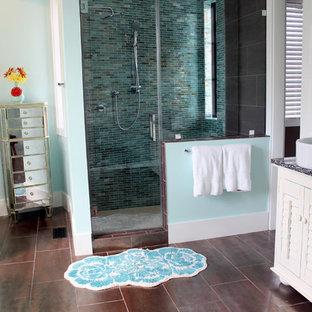 На фото: ванная комната в морском стиле с настольной раковиной с