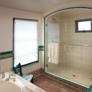 Immagine di una stanza da bagno mediterranea con doccia alcova, piastrelle multicolore, piastrelle in ceramica, pareti bianche e pavimento in terracotta