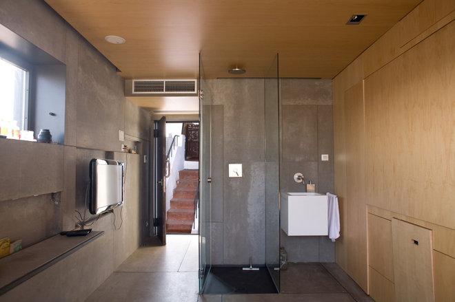 Modern Bathroom by Churreria Photography