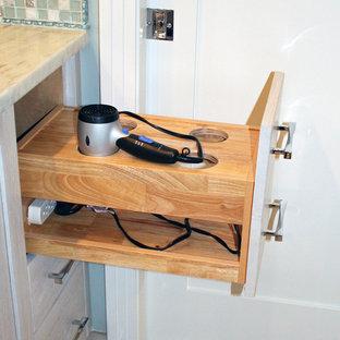 Идея дизайна: главная ванная комната среднего размера в морском стиле с фасадами в стиле шейкер, фасадами цвета дерева среднего тона, угловой ванной, угловым душем, унитазом-моноблоком, бежевой плиткой, керамической плиткой, бежевыми стенами, полом из керамической плитки, врезной раковиной, столешницей из кварцита, бежевым полом и душем с распашными дверями