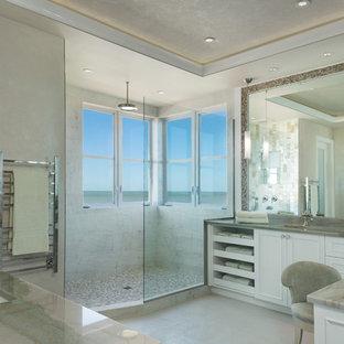 Esempio di una stanza da bagno padronale stile marino con ante con riquadro incassato, ante bianche, doccia alcova, piastrelle grigie, lavabo sottopiano, pareti beige e doccia aperta