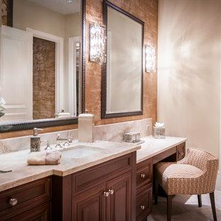 Ispirazione per un'ampia stanza da bagno chic con ante con riquadro incassato, ante viola, pareti beige, pavimento in travertino, lavabo sottopiano, top in quarzo composito e pavimento beige