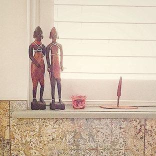Ispirazione per una stanza da bagno padronale etnica di medie dimensioni con vasca freestanding, pareti verdi, pavimento marrone e porta doccia a battente