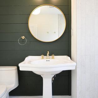 Aménagement d'une douche en alcôve campagne de taille moyenne avec des portes de placard blanches, un carrelage gris, des carreaux de céramique, un mur vert, un sol en bois brun, un lavabo de ferme, un sol marron, aucune cabine, meuble simple vasque, meuble-lavabo sur pied et du lambris.