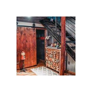 Ejemplo de cuarto de baño principal, ecléctico, pequeño, con bañera encastrada, combinación de ducha y bañera, sanitario de dos piezas, baldosas y/o azulejos verdes, baldosas y/o azulejos de metal, paredes multicolor, suelo laminado, lavabo de seno grande, suelo marrón y ducha con cortina