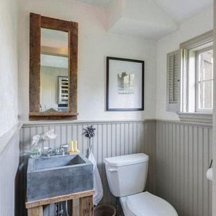 Idee per una piccola stanza da bagno con doccia country con ante in legno chiaro, WC a due pezzi, piastrelle grigie, piastrelle in pietra, pavimento in ardesia, lavabo a colonna, top in cemento, pareti bianche, pavimento nero e top grigio