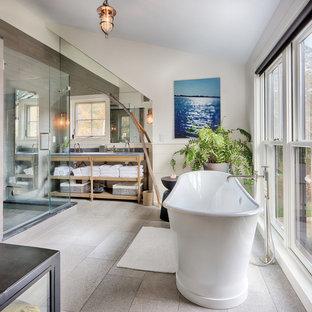 Стильный дизайн: большая главная ванная комната в стиле кантри с открытыми фасадами, светлыми деревянными фасадами, отдельно стоящей ванной, душем в нише, столешницей из цинка, душем с распашными дверями, серыми стенами, полом из керамогранита, врезной раковиной и серым полом - последний тренд