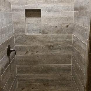 Imagen de cuarto de baño principal, rural, con ducha abierta, baldosas y/o azulejos grises, baldosas y/o azulejos de cerámica y suelo de baldosas tipo guijarro