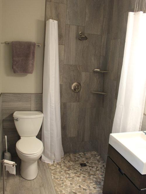 Salle de bain avec un sol en calcaire et une plaque de galets ...