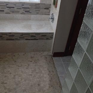 Immagine di una grande stanza da bagno padronale chic con ante in legno bruno, top in superficie solida, doccia aperta, piastrelle di ciottoli, pareti beige e pavimento con piastrelle in ceramica
