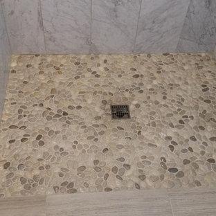 Стильный дизайн: маленькая главная ванная комната в стиле модернизм с душем без бортиков, белой плиткой, галечной плиткой и полом из керамической плитки - последний тренд