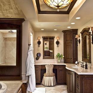 Imagen de cuarto de baño tradicional con encimera de mármol